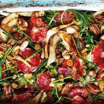 Bloedsinaasappelsalade met pecannoten, cannellinibonen en gebakken venkel