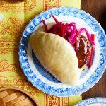 Gestoomde broodjes met vegetarische char siu & ingelegde chinese groenten