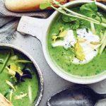 Groene velouté en uitgehangen yoghurt met munt