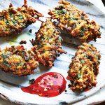 Zoete-aardappelbeignets met spinazie & kurkuma