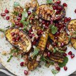 Aubergine met chilipeper en granaatappeldressing