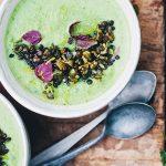 Erwtjes-broccolisoep met munt en puy-linzen