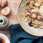 Geroerbakte Chinese kool, shiitakes & taugé