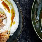 Knapperige kippendijen met labneh en specerijenolie