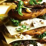 Open lasagne met gebakken paddenstoelen, cashewricotta, boerenkool en truffelolie