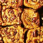 Sticky buns met een dadel-gezouten-karamelvulling en pecannoten