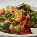 Pappardelle met tomaten, doperwten en buffelmozzarella
